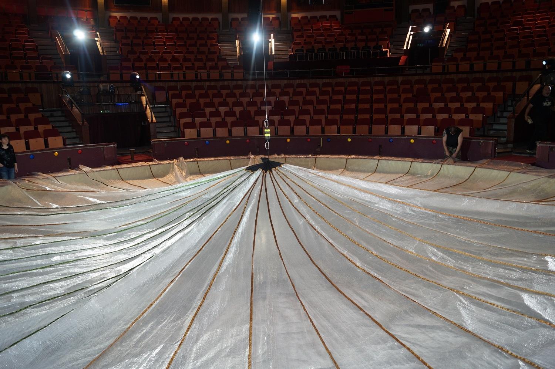 Óriási hőszigetelő takaró készült a Fővárosi Nagycirkusz jegéhez