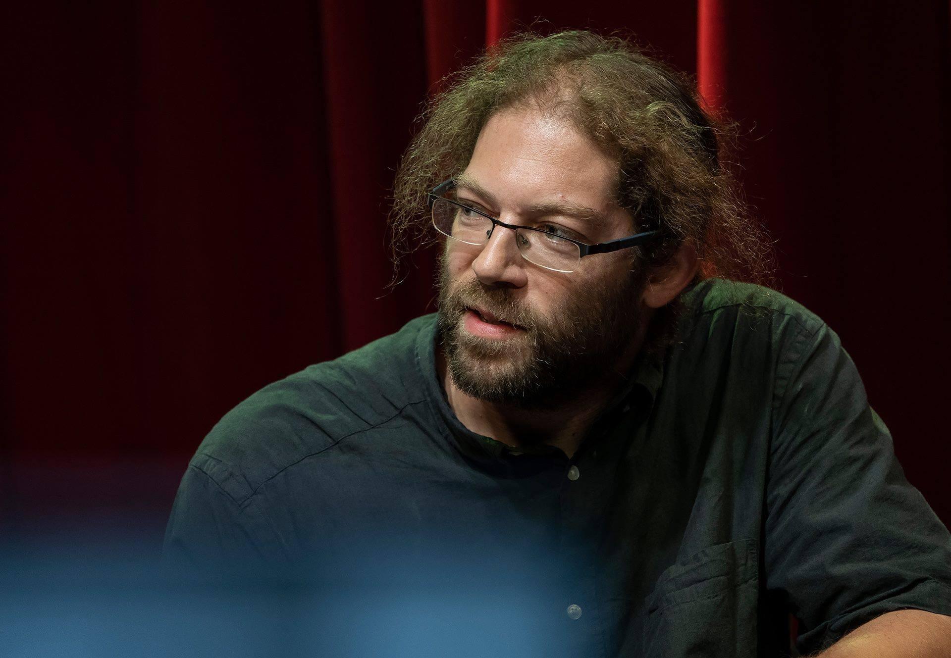 Varró Dániel költő, műfordító is tagja a héttagú zsűricsapatnak, akik élő műsorban értékelik a Kötéltánc elnevezésű dalpályázat döntőseit november 26-án