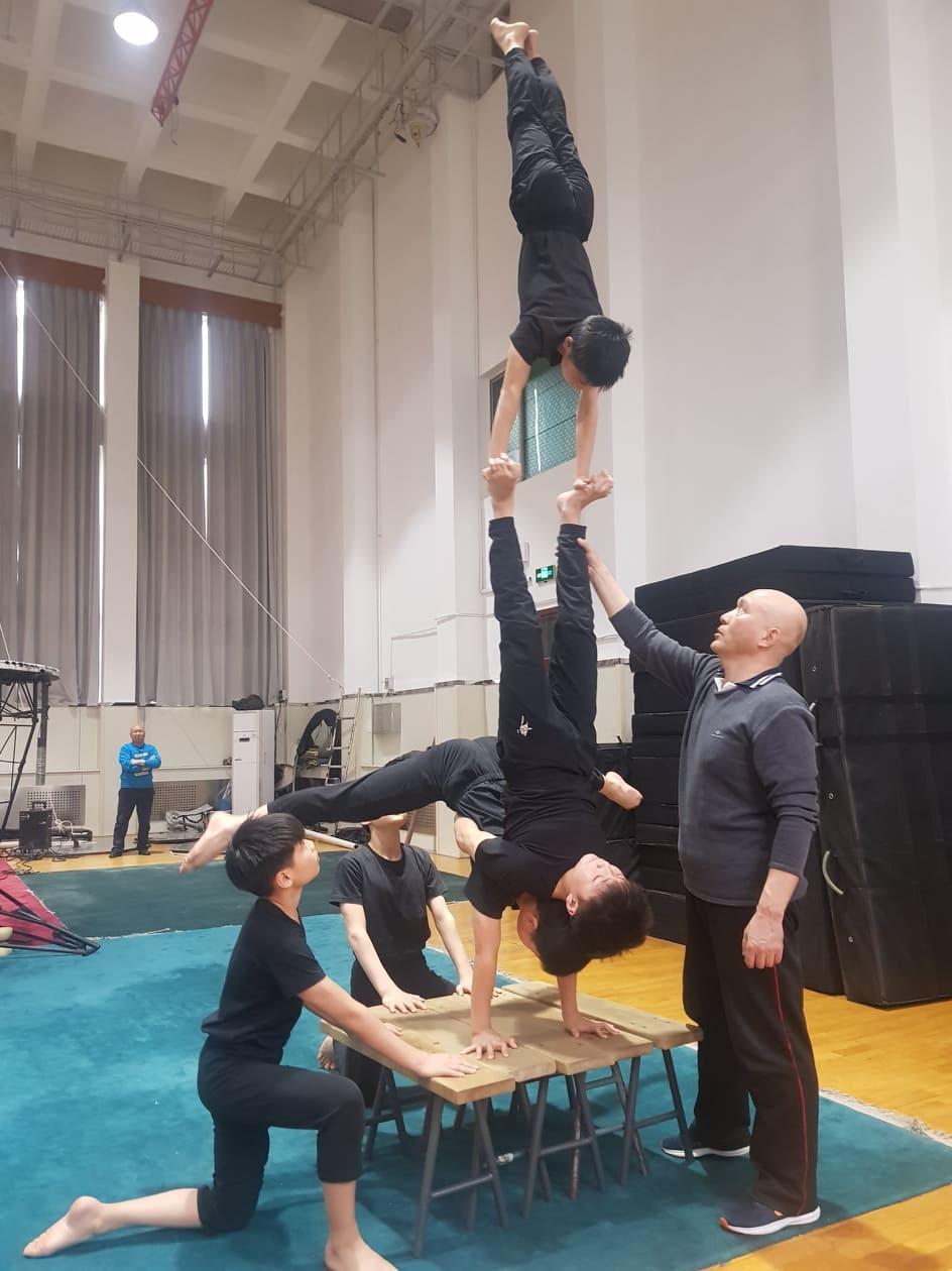 Egy éve kezdődtek el a tárgyalások, hogy a Baross Imre Artistaképző Intézetből egy teljes osztályt küldjenek Kínába, a Nemzeti Akrobata Iskolába tanulni