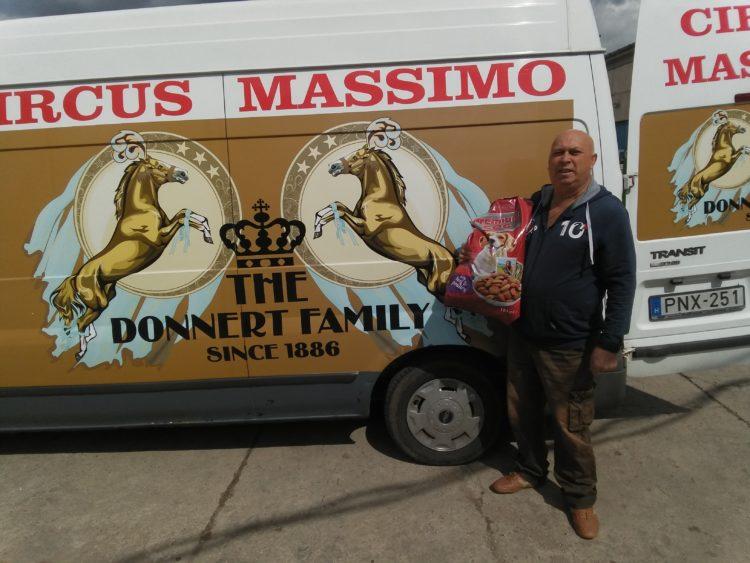 Újabb utazó cirkusz érkezett ma a műszaki telepünkre, a Circus Massimo igazgatója, Donnert Antal 15 zsák kutyatápot vett át a Nemzeti Cirkuszművészeti Központ utazó cirkuszokat segítő állateledel, takarmány készletünkből.