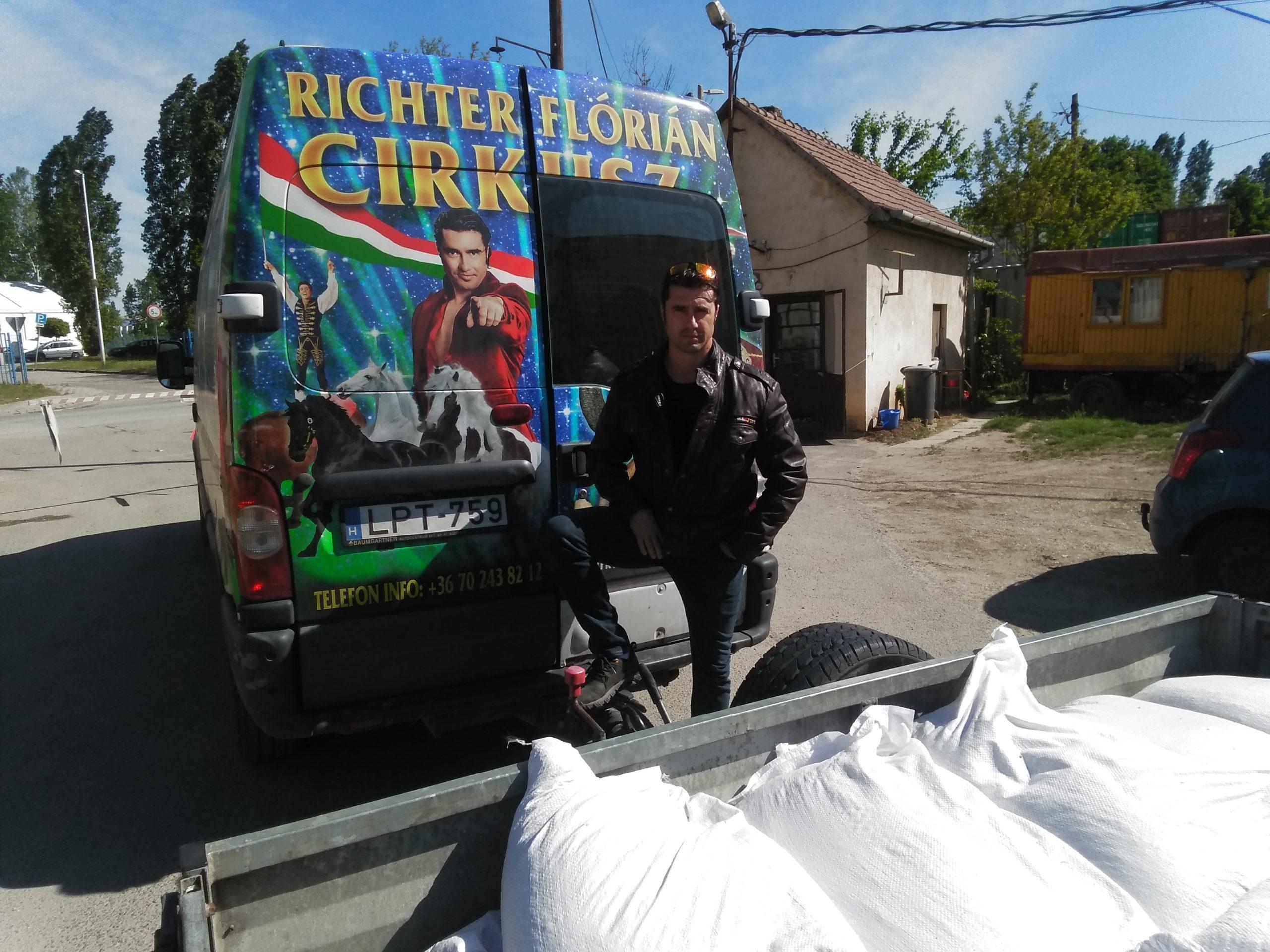 Újabb adományt vett át egy utazó cirkusz