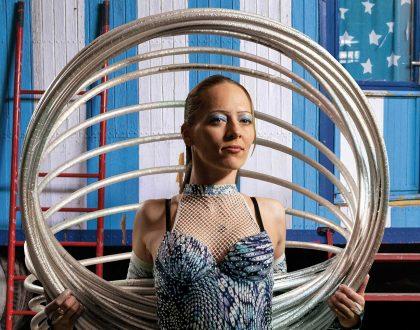 Egyszerre 24 hulahoppkarikát pörget a testén – Villáminterjú Klaudia Denvyvel