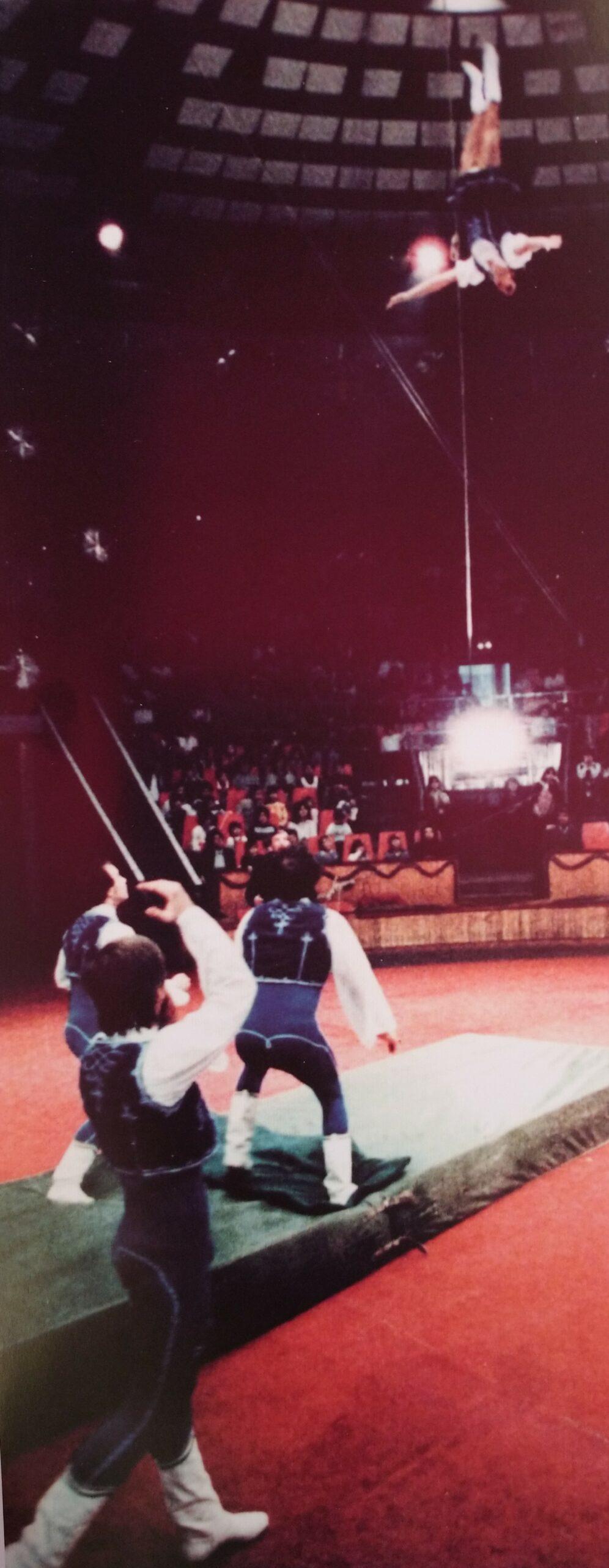 Jedlicska János a világhírű Dodi csoport hintaszámában is fellépett. Fotó: Cirkuszi Csodaemberek - Életútinterjúk cirkuszművészekkel 2. kötet.