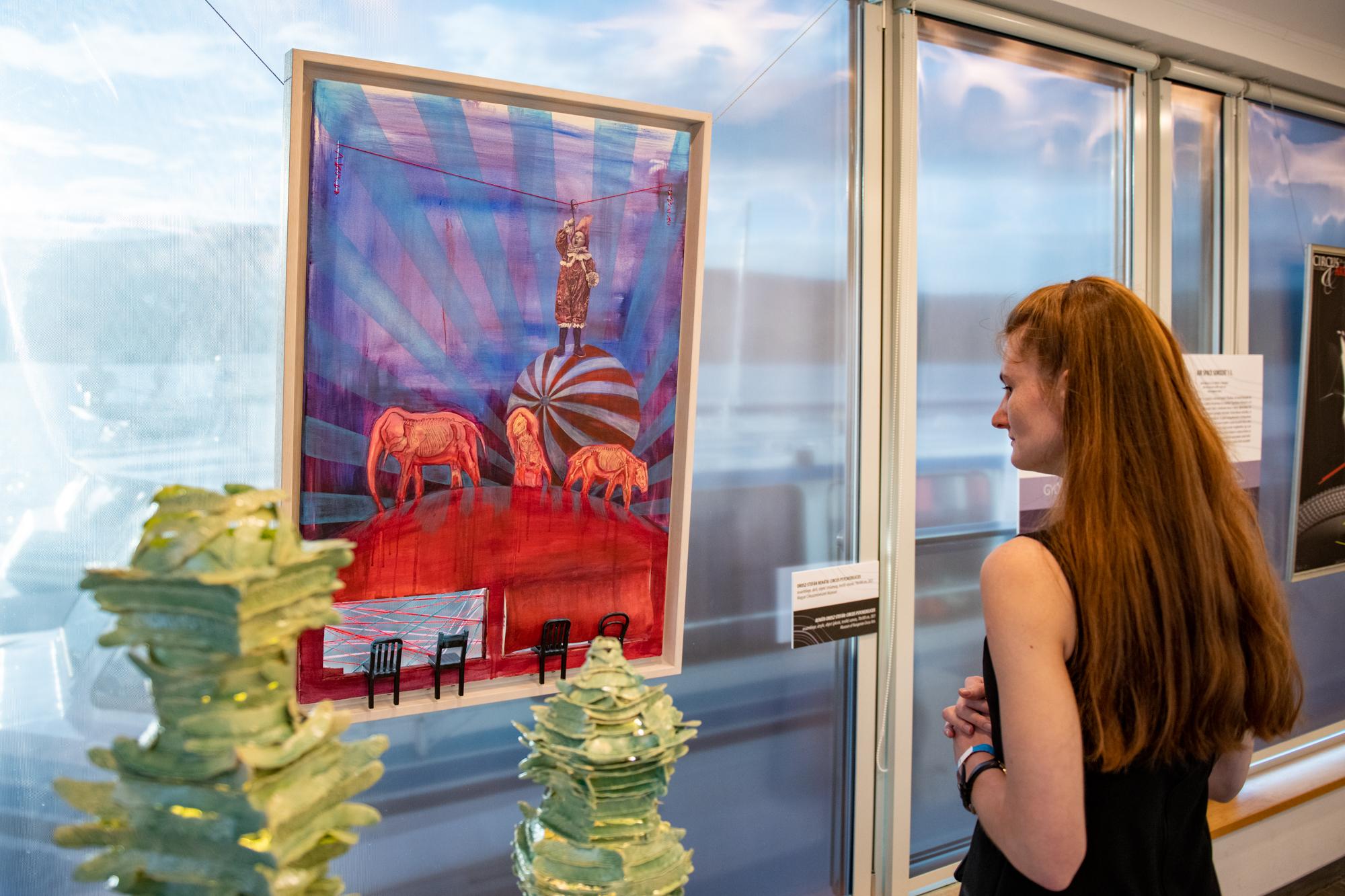 Az egynapos kiállítás 114 hazai kortárs képzőművész 250 cirkuszi tematikájú új művét – festmény, grafika, szobor, kisplasztika, fotó, videó és iparművészeti alkotás – mutatta be.
