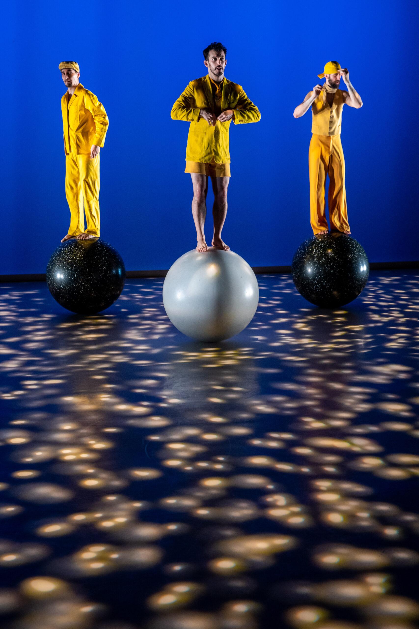 A táncművészek a felkészülési időszakban különösen nagy hangsúlyt fektettek a partnerakrobatikára, amelyhez cirkuszi szakemberek nyújtottak segítséget.