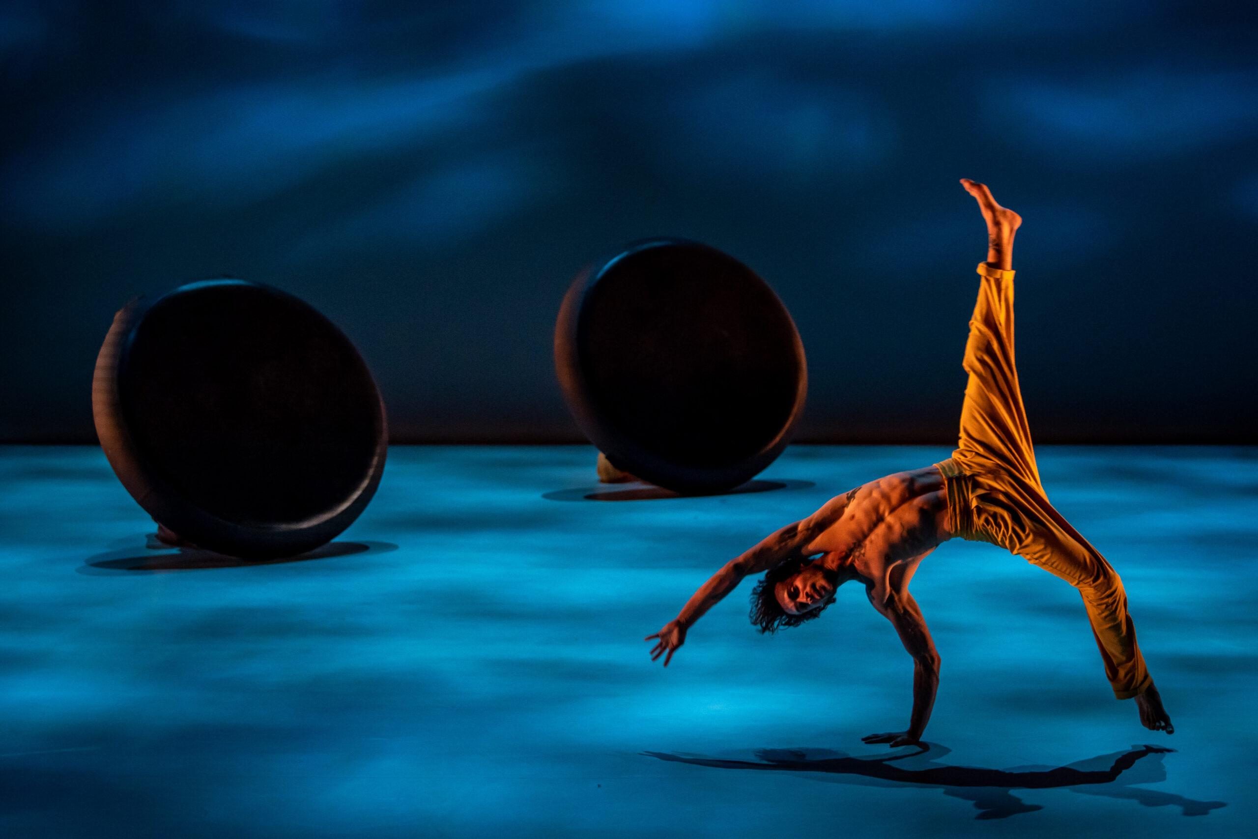 A RAMAZURI egy akrobatikai elemekkel tarkított, derűs és szellemes tánc-cirkuszi kavalkád, műfajok találkozása, be-és kikapcsolódás minden korosztály számára.