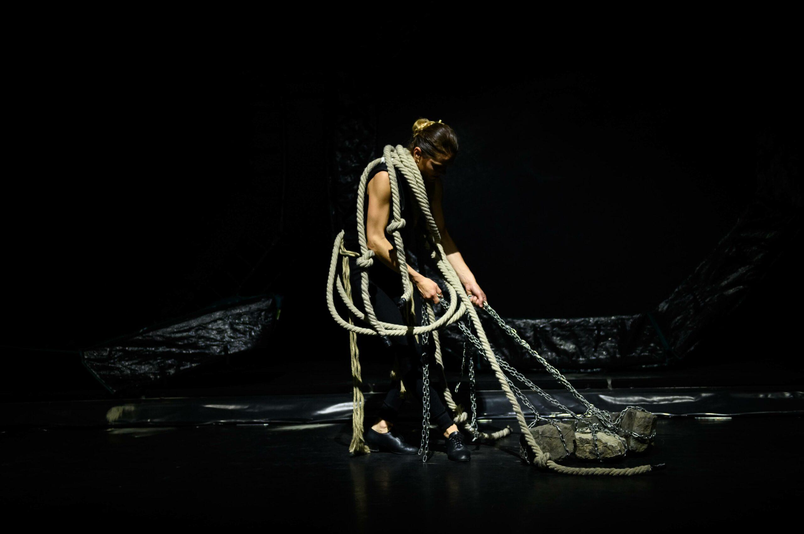 A darabban a látványelemek és a tánc mellett hangsúlyos szerepet kap a zene és a jelmeztervezés is.