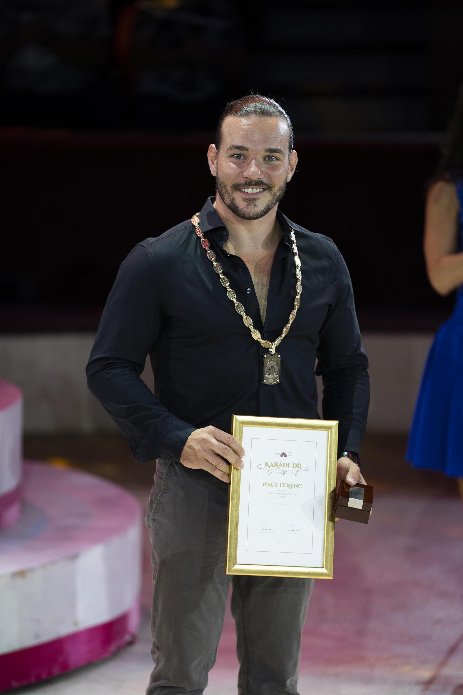 A Karádi-díjat a magyar artista szakma a Rolling Wheel röhnrad duó tagjának, Nagy Ferencnek ítélte.
