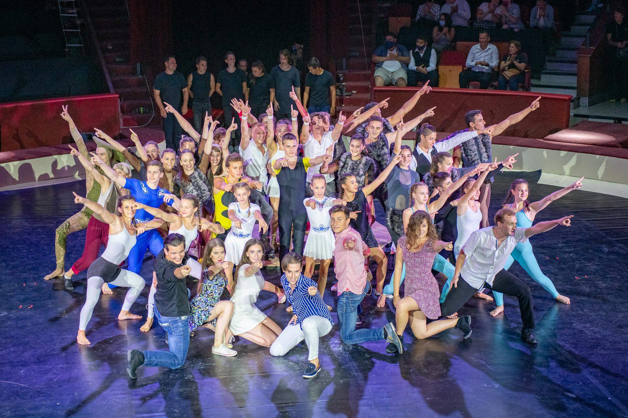 A produkciók során az artisták színészek és táncosok együtt lépnek fel a manézsban