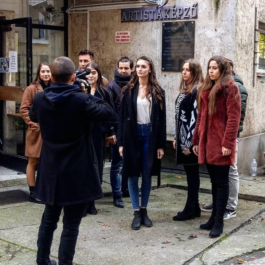 A színészosztály az Artistaképző Intézet épülete előtt forgat