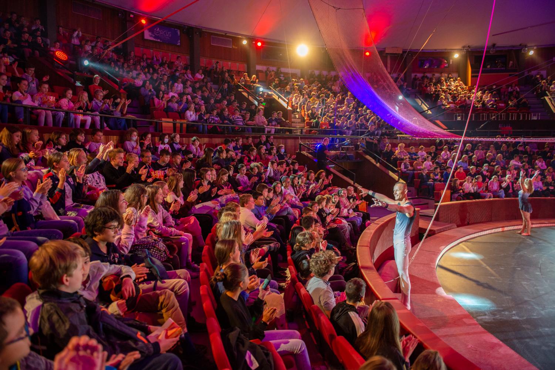 A Cirkománia című műsor a Fővárosi Nagycirkusz több éves, úttörő cirkuszpedagógiai ismereteit foglalja össze.